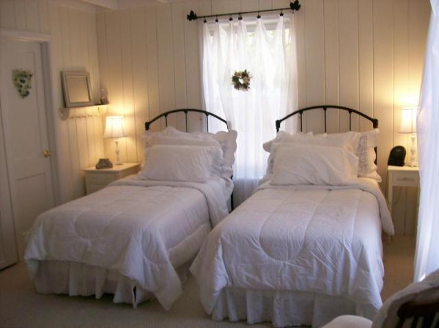 florida cottage bedroom credit